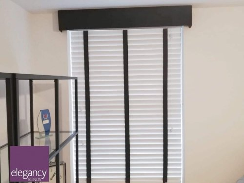 Venetian blind with pelmet