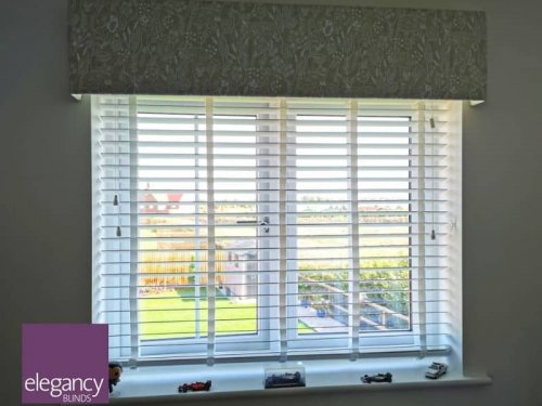 Wood venetian blinds with tape and pelmet